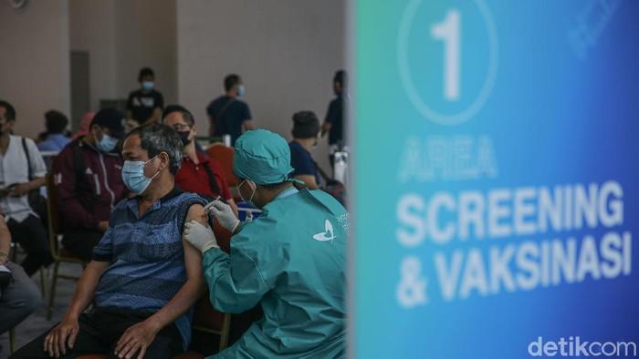 Petugas menyutikan vaksin kepada para karyawan dan pekerja di pusat perbelanjaan Neo Soho dan Central Park, Jakarta, Jumat (7/5/2021).