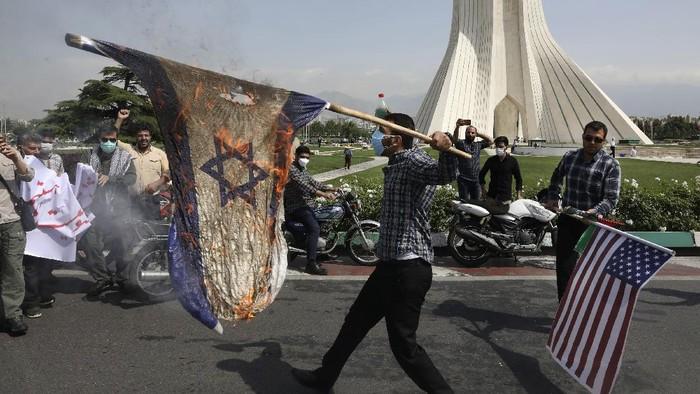 Warga Pakistan dan Iran memperingati Hari Al Quds Internasional. Dalam aksi itu, mereka membakar bendera Amerika Serikat dan juga Israel. Berikut fotonya.
