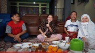 Ajak Penjual Roti Keliling Sahur Bareng, Ayu Ting Ting Kasih Banyak THR!