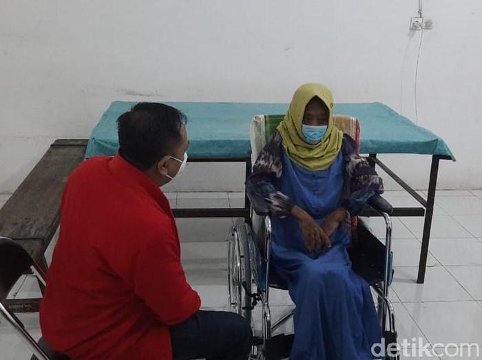 Asisten rumah tangga (ART) di Surabaya, EAS (45) menjadi korban penganiayaan majikan. Selain mengalami kekerasan fisik, EAS juga disuruh makan kotoran kucing.