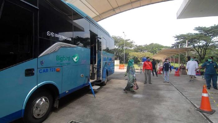 PT.Bluebird menyediakan shuttle bus gratis bagi lansia penerima vaksin. Hal itu dilakukan demi mendukung program percepatan penanganan pandemi.