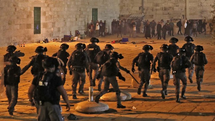 Israeli seurity forces advance amid clashes with Palestinian protesters at the al-Aqsa mosque compound in Jerusalem, on May 7, 2021. (Photo by Ahmad GHARABLI / AFP)