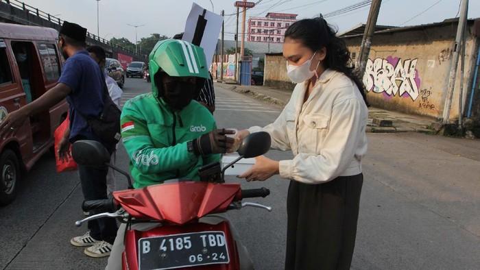 Pusat Aliansi Mahasiswa dan Aktivis Nasional Indonesia (Aman Indonesia) memberikan takjil gratis untuk berbuka puasa.