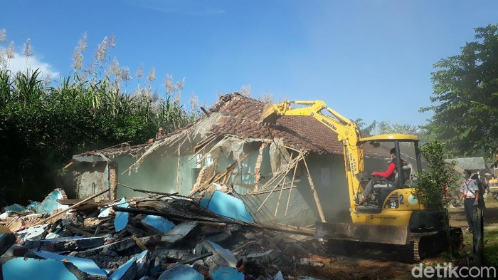 Ratusan personel gabungan dikerahkan untuk menggusur eks lokalisasi Girun, di Kecamatan Gondanglegi, Kabupaten Malang. Alat berat diterjunkan untuk membongkar bangunan di lokasi.
