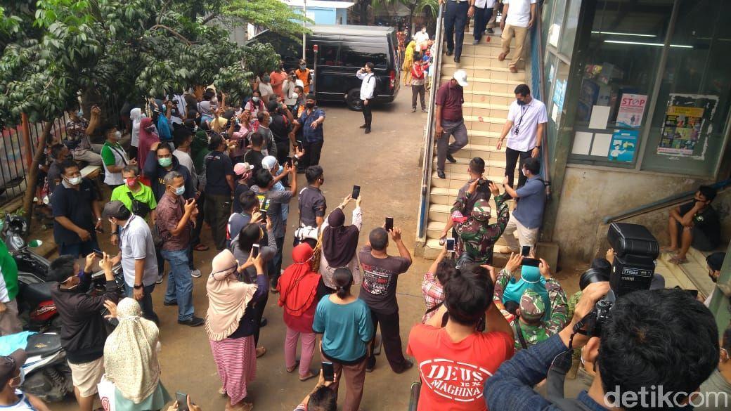 Gubernur DKI Anies Baswedan di Pasar Cengkareng, Jakarta Barat, 8 Mei 2021. (Adhyasta Dirgantara/detikcom)