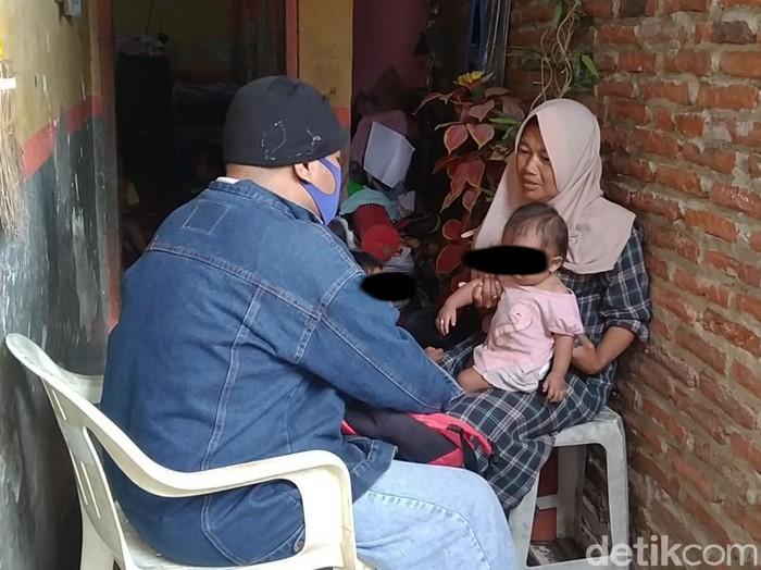 Ibu tunggal, Sriyanti yang menghidupi 12 anak dan seorang cucu di Pemalang, Sabtu (8/2/2021).