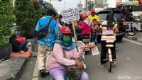 Inang-inang Ramai Jajakan Tukar Uang di Kota Tua, Ada Pecahan Rp 75.000