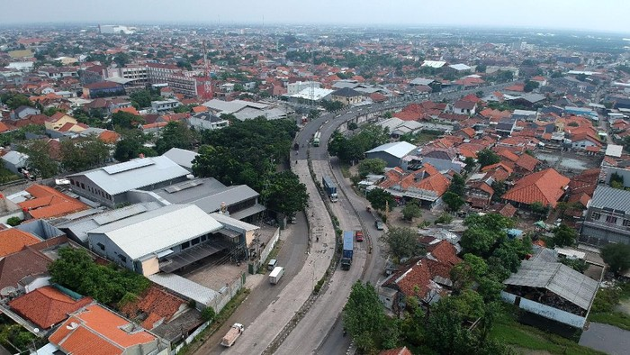 Foto udara kendaraan melintas di jalur lingkar Utara (jalingkut) menuju Pantura, Tegal, Jawa Tengah, Sabtu (8/5/2021). Pada H-5 Lebaran dan hari ketiga pemberlakukan penyekatan pemudik, kendaraan dari arah Jakarta menuju Jawa Tengah di jalur Pantura terpantau sepi. ANTARA FOTO/Oky Lukmansyah/aww.