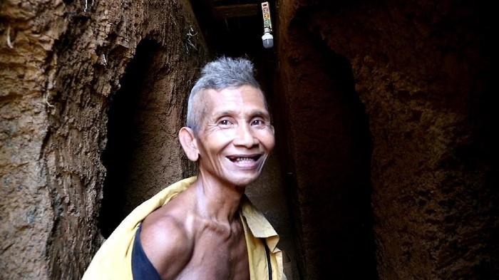 Kakek di Sulawesi Selatan membangun rumah bawah tanah menggunakan cangkul selama 2 tahun