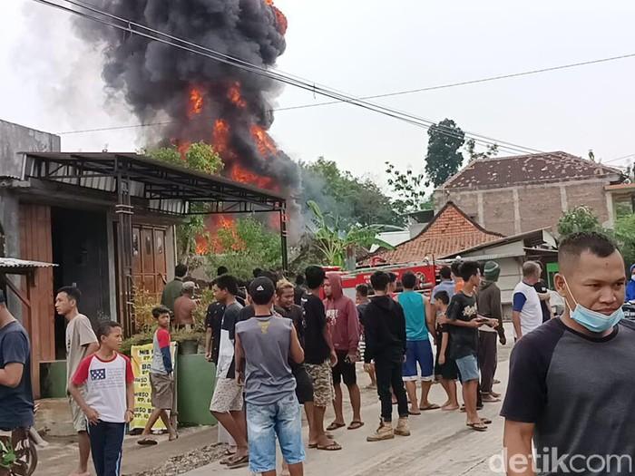 Kebakaran toko dan gudang bahan bakar di Sragen, Sabtu (8/5/2021).