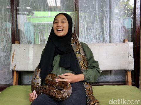 Perempuan asal Bandung bernama Aulia Khairunnisa ramai di medsos usai atraksinya bermain dengan king cobra. Kobra aja ditaklukkin apalagi kamu.