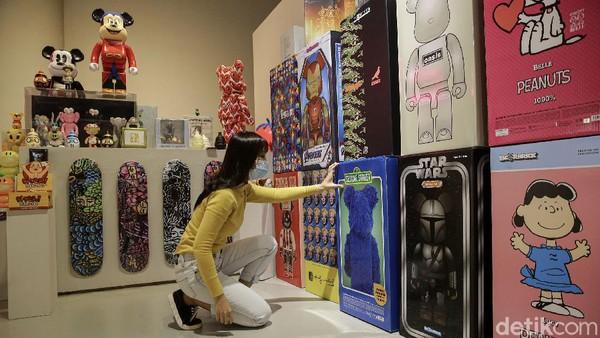 Sejumlah pengunjung tengah melihat karya seni karya seniman Indonesia di Museum of Toys yang berada di Ashta District 8 Senopati, Jakarta, Sabtu (8/5/2021).