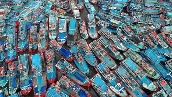 Foto udara kapal nelayan bersandar di Pelabuhan Tegal, Jawa Tengah, Sabtu (8/5/2021). Pada H-5 ratusan kapal nelayan di daerah Pantura mulai libur melaut untuk merayakan Lebaran 2021 dan kembali melaut pada H+3. ANTARA FOTO/Oky Lukmansyah/aww.