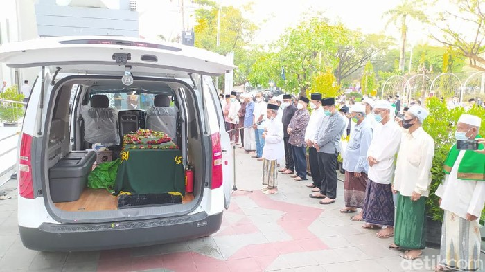 Mantan Bupati Lamongan Fadeli meninggal dunia. Kini pihak keluarga memberikan penjelasan resmi terkait sakit yang diderita Fadeli.