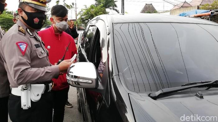 Wali Kota Solo Gibran Rakabuming Raka meninjau penyekatan pemudik di simpang tujuh Joglo, Sabtu (8/5/2021).