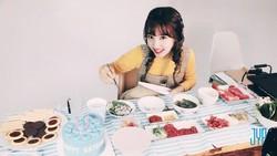 Imutnya Nayeon TWICE Saat Makan Corn Dog dan Macaron