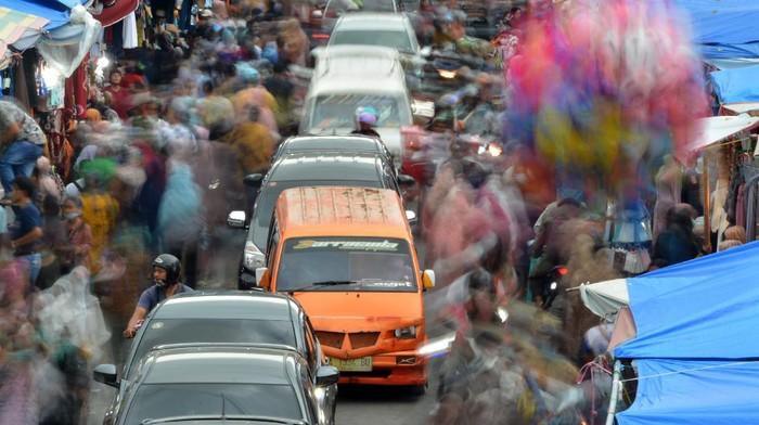 Warga dan kendaraan memadati kawasan Pasar Raya, Padang, Sumatera Barat, Sabtu (8/5/2021). Akhir pekan menjelang Hari Raya Idul Fitri, warga memenuhi kawasan pusat perbelanjaan seperti Pasar Raya Padang untuk berburu baju Lebaran dan kebutuhan lainnya. ANTARA FOTO/Iggoy el Fitra/rwa.