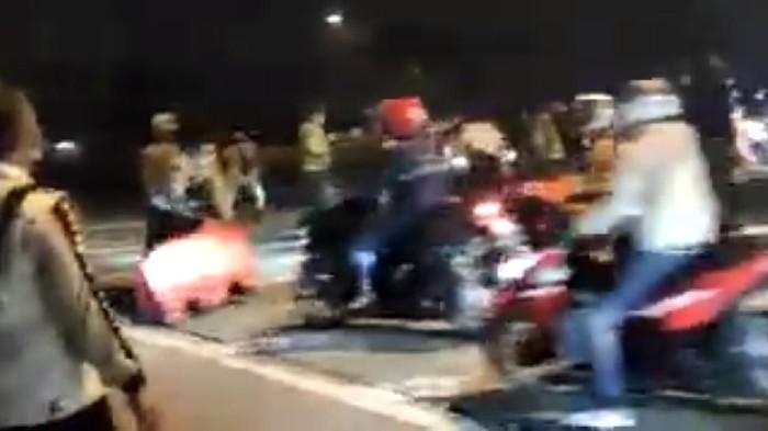 Pemudik Terobos Penyekatan Polisi di Karawang