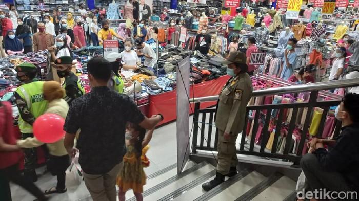Satgas COVID-19 Kota Blitar merasa kewalahan menertibkan pembeli yang berjubel di pusat perbelanjaan menjelang Lebaran. Beragam penolakan kedatangan tim satgas, menimbulkan pro kontra penerapan protokol kesehatan.