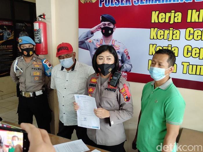 Penumpang bawa surat hasil swab palsu (topi merah) diamankan di Mapolsek Semarang Barat, Sabtu (8/5/2021).