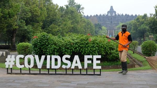 Pekerja menyapu jalan masuk kawasan Taman Wisata Candi (TWC) Borobudur, Magelang.
