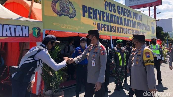 Dua perwira tinggi Polri meninjau pos penyekatan larangan mudik 2021 di Pelabuhan Ketapang, Banyuwangi. Mereka memantau langsung penyekatan perbatasan Jawa-Bali.