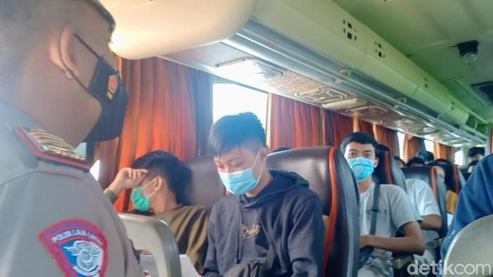 Sebanyak 47 pemudik dari Jakarta tujuan Ponorogo diputar balik saat sampai exit Tol Ngawi. Mereka mudik dengan bus pariwisata Laksmi Langgeng  bernopol AE 7052 UP.