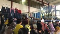 Pengunjung Juga Serbu PKL Tanah Abang, Kondisi Penuh Sesak