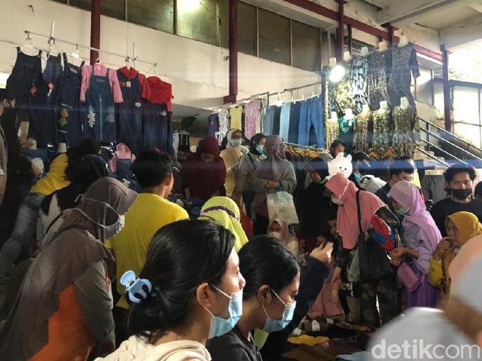 PKL Tanah Abang Diserbu Pengunjung