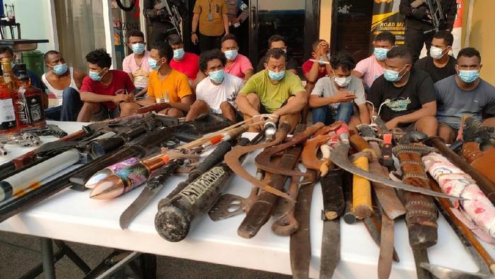 Polisi menggerebek Kampung Ambon, Jakarta Barat.
