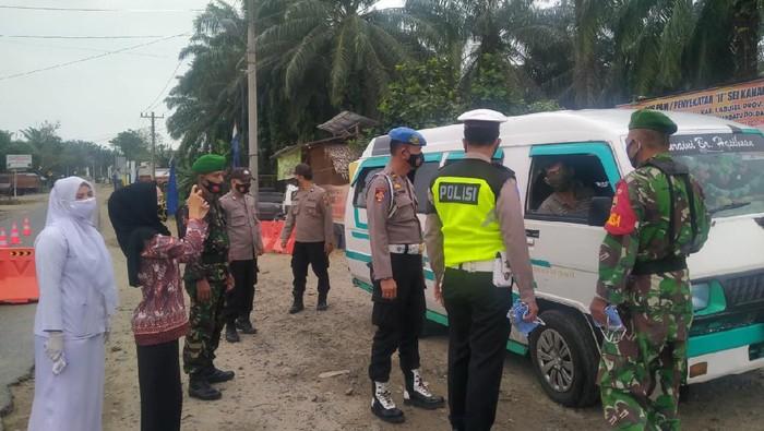 Polisi putar balik kendaraan dari Sumut yang hendak mudik ke luar provinsi (dok. Polda Sumut)