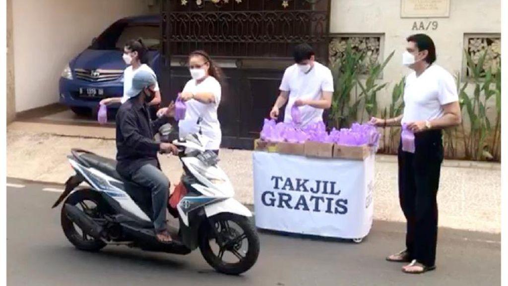 Warga Keturunan India Ini Berbagi Takjil Gratis Selama Ramadan