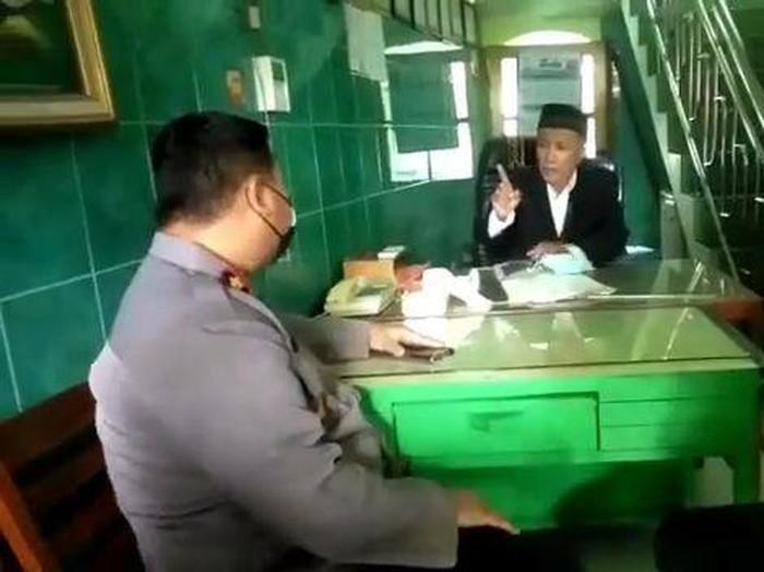 Video seorang takmir masjid di Surabaya menceramahi kapolsek beredar di medsos. Dalam video itu, tampak takmir masjid tak terima saat diingatkan Kapolsek Gubeng terkait penerapan prokes saat salat.