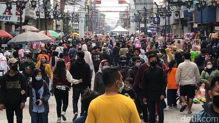 Suasana di pusat perbelanjaan dekat Alun-alun Kota Bandung dipadati pengunjung di akhir pekan terakhir menjelang Idul Fitri 1442 Hijriah.