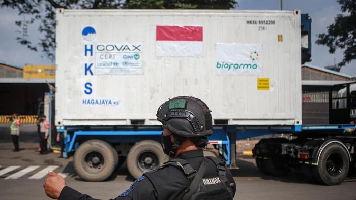 Petugas kargo memasukkan kontainer berisi vaksin COVID-19 AstraZeneca ke atas truk setibanya di Bandara Internasional Soekarno Hatta, Tangerang, Banten, Sabtu (8/5/2021). Sebanyak 1,3 juta vaksin COVID-19 AstraZeneca tiba di Indonesia melalui jalur multilateral yakni melalui skema Covax facility dan selanjutnya akan diproses di Bio Farma, Kota Bandung. ANTARA FOTO/Fauzan/aww.