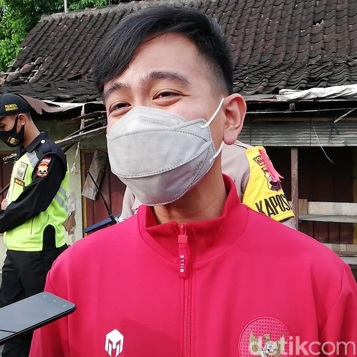 Wali Kota Solo, Gibran Rakabuming Raka saat meninjau menyekatan mudik di Simpang Tujuh Joglo, Sabtu (8/5/2021).
