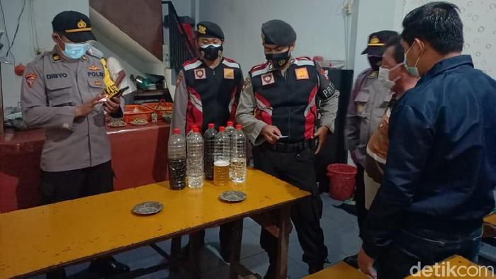 Warung kopi (warkop) di Lamongan digerebek warga pada Jumat (7/5) malam. Warkop tersebut menjual minuman keras (miras) jenis arak.