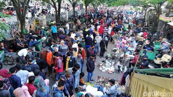 Pasar Klithikan Notoharjo Solo ramai didatangi warga pagi ini. Para pengunjung tampak berdesakan berburu barang bekas yang dijajakan para pedagang di sana.