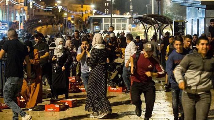 Bentrokan antara polisi Israel dengan warga Palestina terjadi di area Masjid Al-Aqsa. Ratusan orang terluka akibat bentrokan yang terjadi usai buka puasa itu.