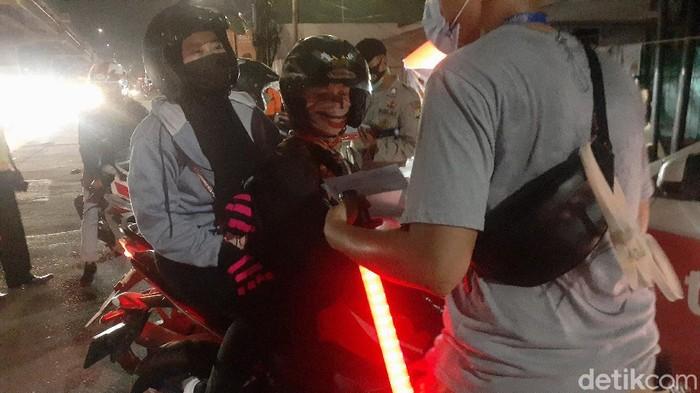 Berasalan hendak menikah di Kuningan, pasangan ini lolos sekat di Bekasi (Afzal Nur Iman/detikcom)
