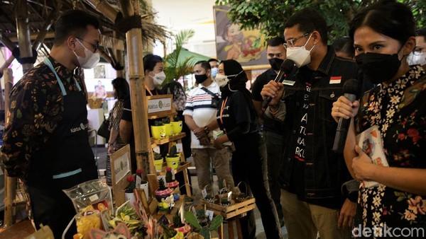 Sandiaga tampak melihat beragam produk ekonomi kreatif yang dikemas dalam bentuk bingkisan atau hampers yang ditampilkan dalam acara tersebut.