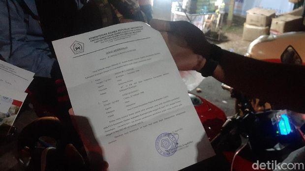 Bukti surat nikah yang ditunjukan pasangan ini supaya lolos sekat di Bekasi (Afzal Nur Iman/detikcom)