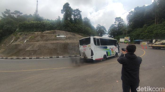 Bus diputar balik di pos penyekatan Cianjur