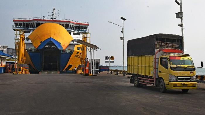 Larangan mudik Lebaran 2021 telah diberlakukan sejak Kamis (6/5) lalu. Di tengah larangan mudik, begini suasana di Tol Trans Jawa hingga Pelabuhan Merak.