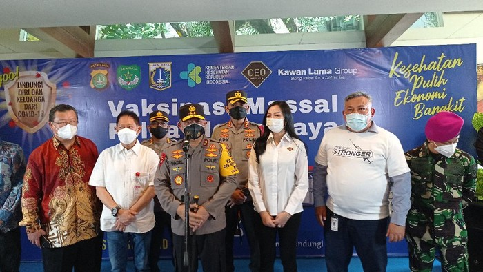Kapolda Metro Jaya Irjen Fadil Imran tinjau vaksinasi di Kampung Tangguh Jaya RW 13 Pegadungan, Kalideres, Jakarta Barat.