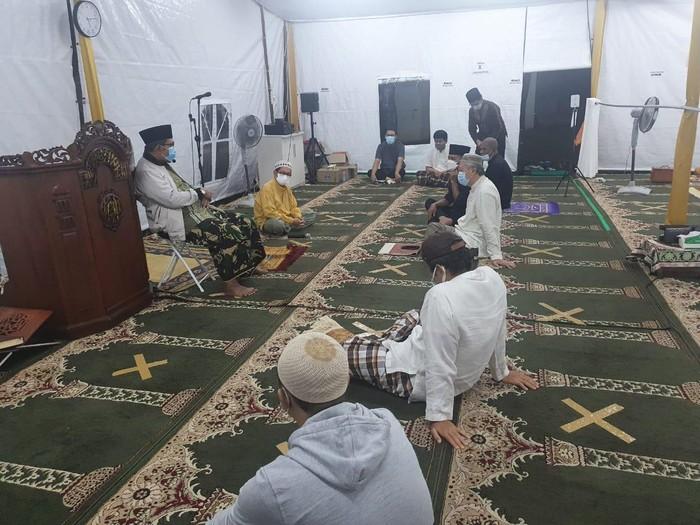 Kegiatan ibadah iktikaf dan sholat di Masjid At Tabayyun