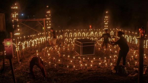 Tak hanya membentuk miniatur masjid, lentera tersebut juga disusun untuk membentuk miniatur bangunan Kabah.