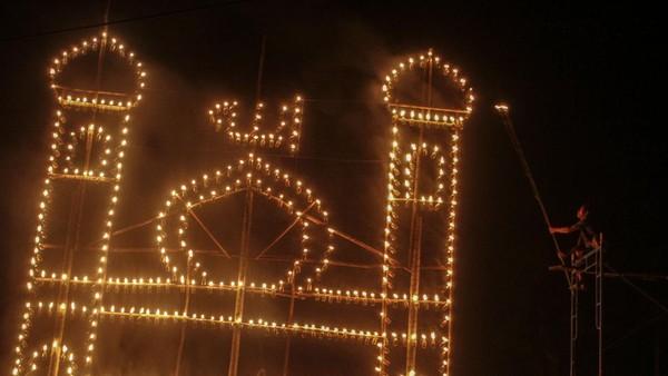 Festival lampu colok ini digelar pada malam ke 27 Ramadhan hingga malam terakhir Ramadhan.