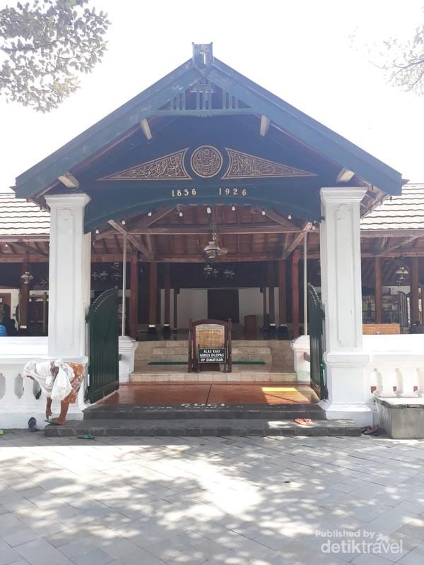 Masjid ini dibangun pada abad ke enam belas oleh Panembahan Senopati