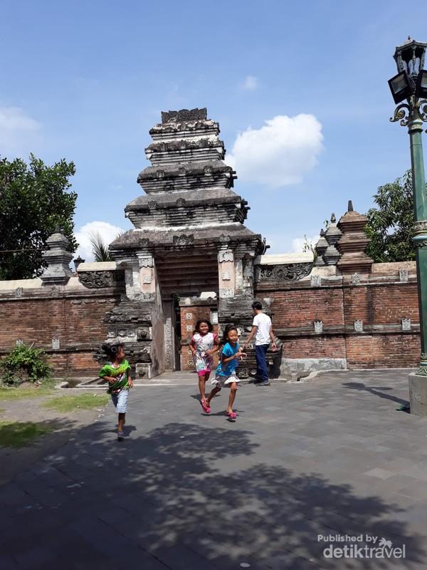 Gerbang yang mengarah ke komplek makam